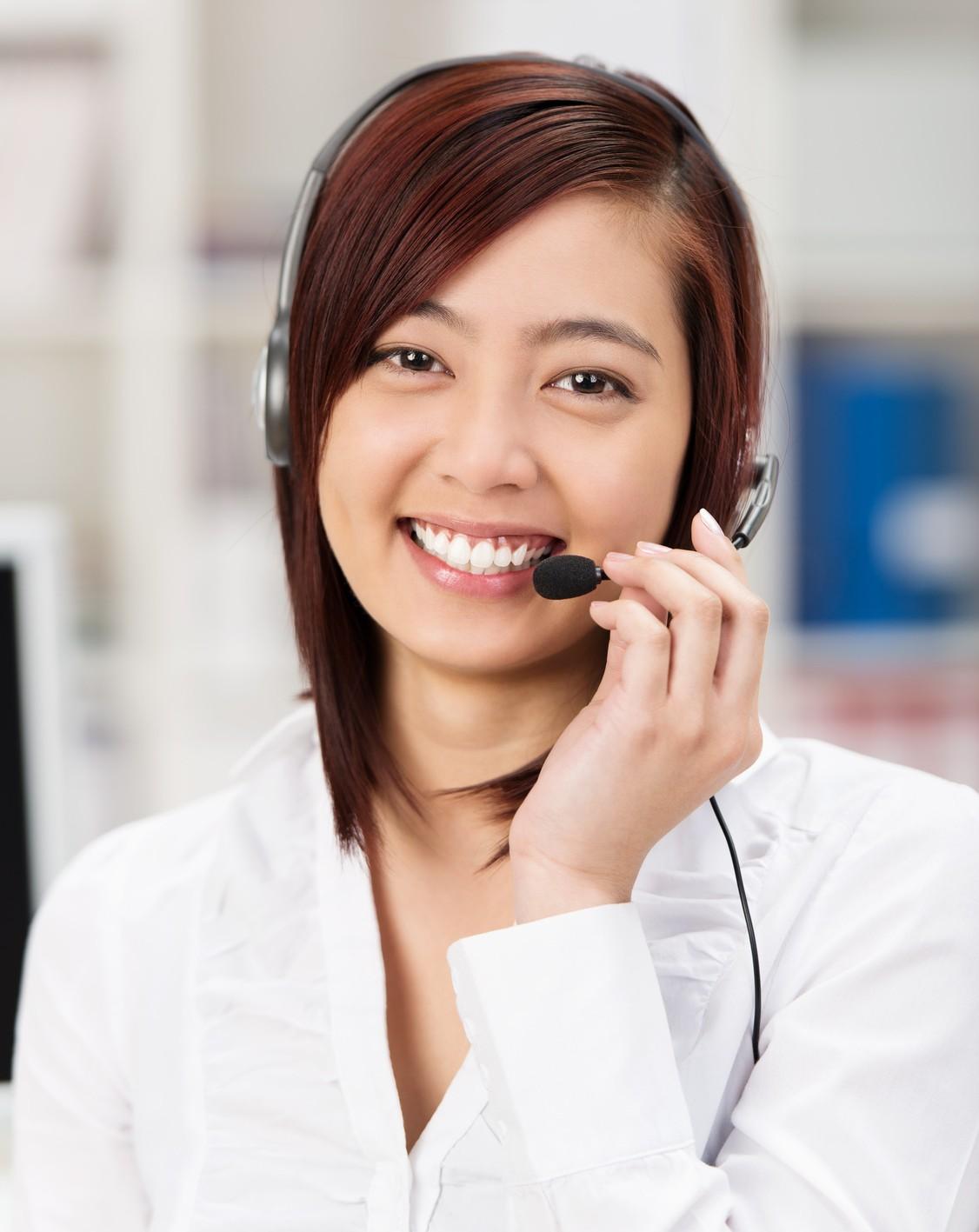 lächelnde mitarbeiterin im kundenservice